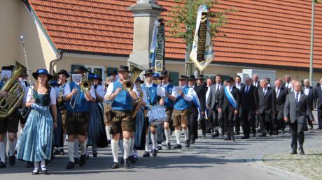 Angeführt von der Blaskapelle Markt Leeder unter Leitung von Ingrid Nieberle zogen die Mitglieder des Veteranenvereins zum Kriegerdenkmal.