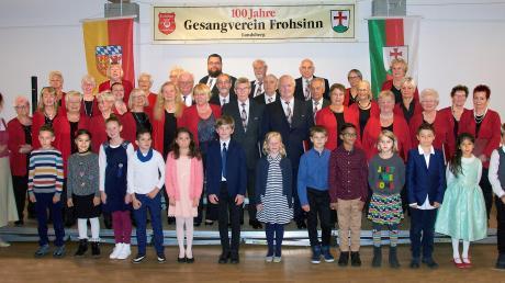 Seit 100 Jahren gibt es nun den Landsberger Gesangverein Frohsinn. Kinder aus der Grundschule an der Katharinenvorstadt nahmen am Jubiläumskonzert teil. Links Dirigentin Ludmilla Wachs.