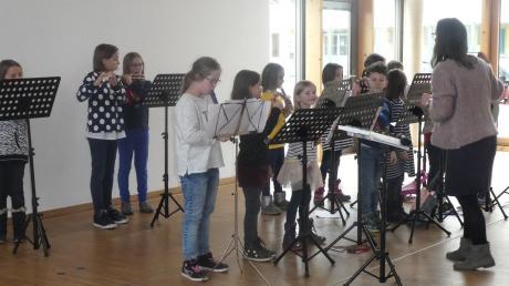 Auch diese Kindergruppe trug zum Gelingen des weihnachtlichen Seniorentreffs in Leeder bei.
