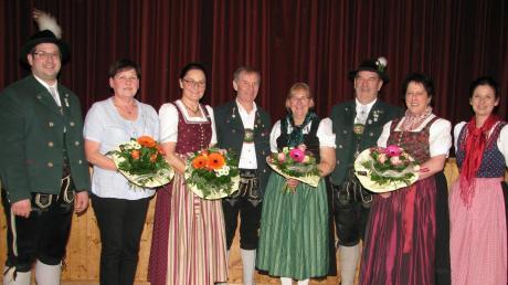 Matthias Schelkle (links) und Irmgard Hein (rechts) konnten einige langjährige und engagierte Trachtler ehren: (weiter von links) Waltraud Gröger, Hanni Linder, Eduard und Maria Schweiger, Walter Eglhofer und Irmgard Hurnaus.