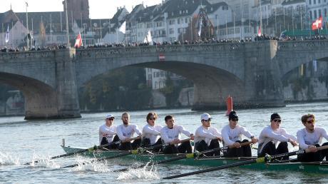 Solange kein Eis die Flüsse bedeckt, kann man auch den Rudersport betreiben. Hier die internationale Spitzenregatta BaselHead in Basel, die immer am Jahresende stattfindet. Rudern ist ein klassischer Team-Sport, Teamwork wird hier großgeschrieben.
