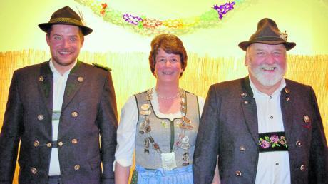Im Bild von links: Schützenmeister Norbert Behl, Auflagekönigin Andrea Schmelzer mit Hansl Albert Schmelzer.