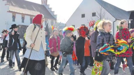 Das Teufelchen verhandelt mit der Hexe, die Cowboys zielen genau! Faschingsumzug in Binswangen war gestern angesagt. Hier bei der Kehrtwende am Dorfplatz vor der Synagoge.