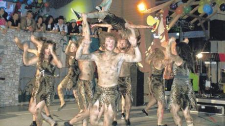 Jede Menge Steinzeitmenschen tummelten sich auf dem Rosenmontagsball des Musikvereins Binswangen.