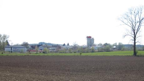"""Die letzte Hürde ist genommen: Mit der Genehmigung der Änderung des Flächennutzungsplanes kann der Bebauungsplan """"Gewerbegebiet Hennhofen"""" in Kraft treten. 5,7 Hektar unbebaute Fläche steht hier zur Verfügung, laut Bürgermeister Bernhard Walter soll diese noch im Sommer 2011 eine teilweise innere Erschließung erhalten."""