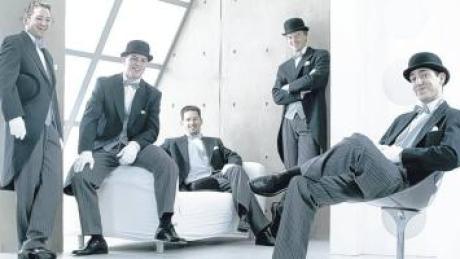 """Fünf junge Männer singen acapella in der Synagoge – """"Beinahe Sechs"""" – für die Kartei der Not."""