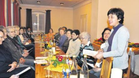 Eine Einführung in die Fastenzeit gab Rita Hilscher (stehend) bei der Mitgliederversammlung des Frauenbunds Binswangen.