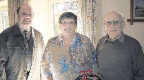 Der Kassierer Johann Vogelmair (rechts) nahm aus gesundheitlichen Gründen Abschied von seinem Amt. Ihm dankten die VdK-Ortsvorsitzende Christa Schuster und VdK-Kreisvorsitzender Georg Böck.