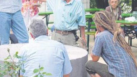 Seit einigen Wochen schon arbeitet der Dillinger Mühlenbauer Wolfgang Strakosch im Hof der Familie Ilg an den beiden Mühlsteinen. Geduldig erklärte er während des Hoffestes den Besuchern sein Handwerk.