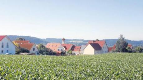 """Am westlichen Ortsrand von Villenbach soll die geplante Umgehung vorbeiführen. Im Hintergrund das Neubaugebiet """"Am Kreuzacker""""."""