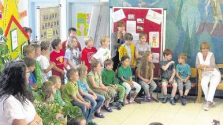 Nach 38 Jahren an der Schule in Zusamaltheim wurde Monika Harwadt (rechts) von den Kindern in den Ruhestand verabschiedet.