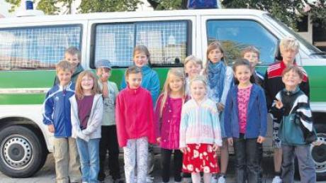 Im Rahmen des Ferienprogramms besuchten Kinder aus Villenbach auch die Polizei in Dillingen.