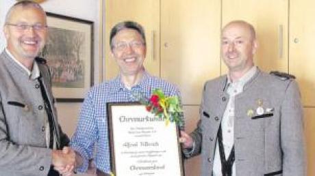 Auf dem Bild überreichte der 1. Vorsitzende Werner Filbrich (links) zusammen mit dem 2. Vorsitzenden Peter Mayerföls (rechts) dem neuen Ehrenvorsitzenden Alfred Filbrich die Ernennungsurkunde.
