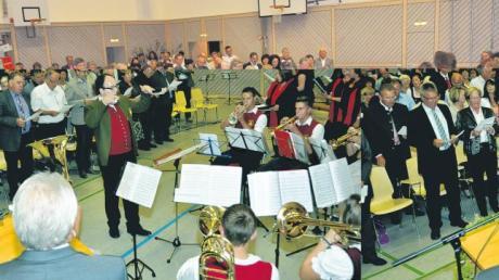 """Gemeinsam mit Bläsern und Chor sangen die Besucher zum Abschluss die Europa-Hymne """"Freude schöner Götterfunken""""."""