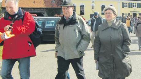 Beim Start in der Hausenmühle marschierten Villenbachs Exgemeinderat Mathias Mair und Ilse Langenmair aus Riedsend vorne weg.