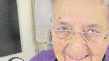 Das drahtlose Telefon sowie das Telefonbuch sind für die 86-jährige Elisabeth Mörz aus Villenbach ein wichtiger Bestandteil in ihrem Leben geworden.