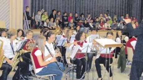 Aufmerksam hörten die Kinder des Schulchores Zusamaltheim nach ihrem eigenen Auftritt den Darbietungen der Kapellen des Musikvereins zu. In Zusammenarbeit wollen Schule und Musikverein das Interesse am Erlernen eines Instrumentes fördern und hatten die Kinder mit Eltern und Geschwistern zu einem kleinen Konzertabend eingeladen.
