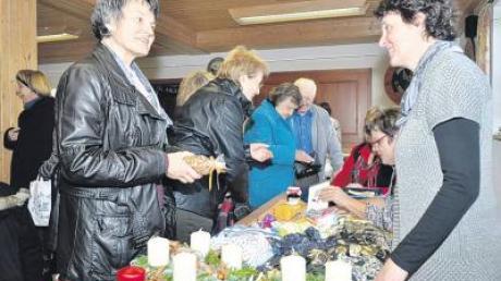 Nicht nur der Verkauf der Waren, sondern auch nette Gespräche gehörten zum vorweihnachtlichen Basar des Frauenbunds Binswangen.