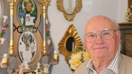 Anton Sailer ehrt seine zwei verstorbenen Frauen mit einem selbst gebastelten Altar in seinem Wohnzimmer.