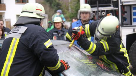 Jeder Arbeitsschritt ist durchdacht beim Freischneiden eines Verletzten aus dem Unfallfahrzeug. Besondere Vorsicht ist geboten, wenn zuerst die Fensterscheiben herausgeschnitten werden, wie es hier die Feuerwehr Unterthürheim demonstriert.