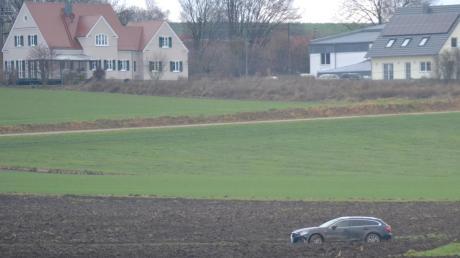 Nichts geht mehr, wennman sich im nassen Gelände auf dem Acker festfährt. - Der Umleitungsverkehr in Zusamaltheim hat seltsame Auswüchse.