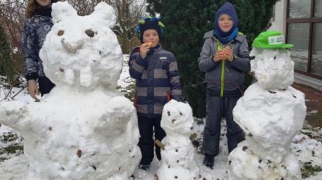 Ein großer Schneehase und zwei kleine Schneemänner: Geschenk der Zusamaltheimer Kinder für ihre Nachbarin.