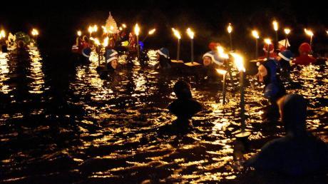 Ein beeindruckendes Bild boten die Schwimmer, die am Samstagabend die Donau in Lauingen mit ihren Fackeln erhellten.