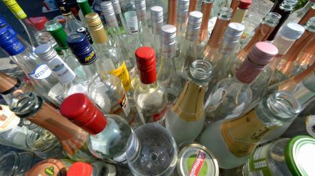 Bei einem Streit auf einer Geburtstagsparty in Glött kam es zu einem Streit, bei dem ein 18-Jähriger einem anderen eine Flasche an den Kopf warf.