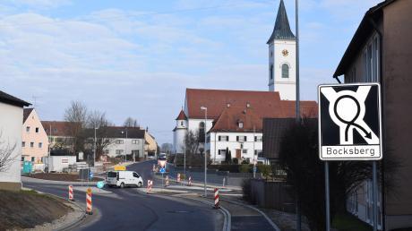 Kein alltägliches Verkehrszeichen steht am Kreisverkehr in Zusamaltheim und weist auf eine Umkreisung hin, um nach Bocksberg abbiegen zu können. Manch ein Autofahrer versucht's auf seine Art.