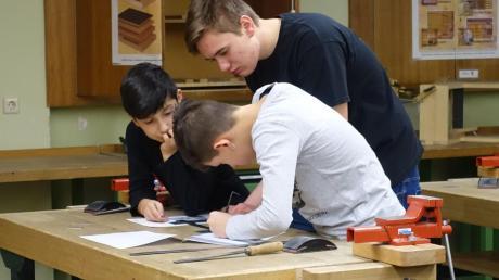 Lukas Heiler aus Dattenhausen macht bei BSH in Dillingen eine Ausbildung zum Industriemechaniker – und erarbeitet im Rahmen der Schulpartnerschaft in seiner ehemaligen Schule in Wittislingen mit den Schülern Werkstücke.