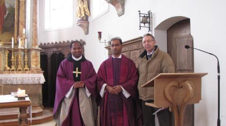 Pfarrer Biju (links) und Kirchenpfleger Filbrich (rechts) verabschiedeten Aushilfspfarrer Pater Antony.