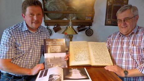 Stolz präsentieren Wolfgang Koch (links) und Josef Bayer die Chronik aus 105 Jahren Soldatenwallfahrt nach Violau.