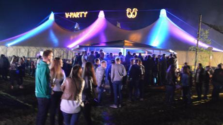 2000 Quadratmeter ist das Festzelt groß. Die Wiese vor dem Zelt war am Samstagabend vollkommen durchnässt.