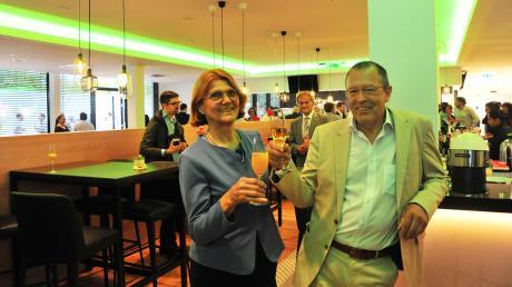 """Charlotte und Hermann Buhl in der """"Hoga-Lounge"""", dem öffentliche zugänglichen Restaurant, Bar und Café, das zum Business-Center gehört."""