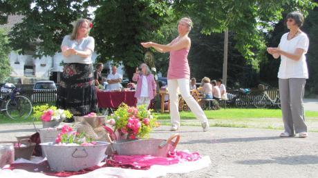Tanzlehrerin Birgit Bender (Mitte) zeigt den Gästen ihren Rosentanz. Einige Besucherinnen tanzten begeister mit.