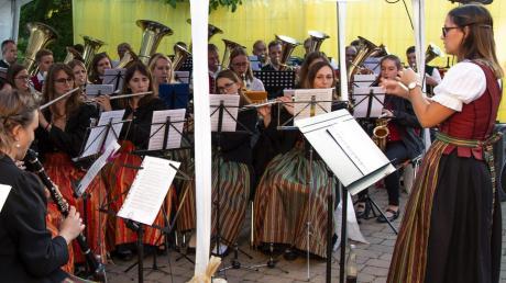Die Musikkapellen aus Laugna und Zusamaltheim ließen bei der Serenade auch gemeinsam Stücke hören. Die Musiker erhielten viel Beifall.