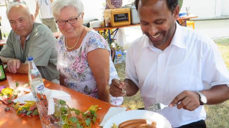 Essen und Trinken war in Zusamaltheim Thema des Pfarrfestes. Das nahmen die Beteiligten gerne wörtlich. Auch Pfarrer Pater Biju Mathew labte sich bei Speis und Trank.