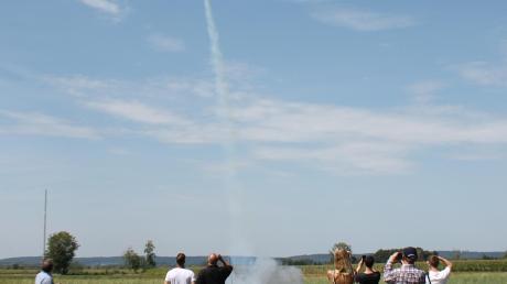 Start in den Himmel überm Ried: Die selbst gebauten nachhaltigen Modellraketen stiegen mehrere hundert Meter auf, um dann wie ein Flugzeug gleitend an den Boden zurückzukehren.