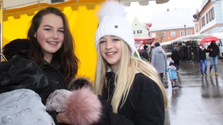 Gute Gelegenheit, sich auf dem Jahrmarkt in Wertingen mit Pudelmützen einzudecken, die beim gestrigen winterlichen Wetter auch dringend notwendig waren: Emily Salger (links) aus Bocksberg und Lara John aus Gottmannshofen.