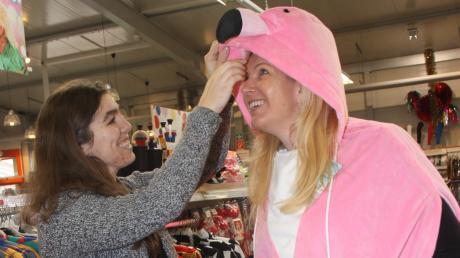 Einkäuferin Anja Schreiber hilft Sandra Kersting aus Gundersheim bei der Auswahl des passenden Outfits. Sie hat von den Kunden viele positive Rückmeldungen erhalten. Heuer sind Reisigbesen, spitze Hüte und Gumminasen in – Wild-West-Utensilien dagegen sind nicht so gefragt.
