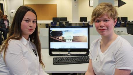 """Lisa Hart (links) und Julia Seefried haben die schönste Webseite für """"Sommer im Park"""" erstellt und können jetzt in einem Praktikum tiefere Einblicke in die Welt der IT-Firmen sammeln."""