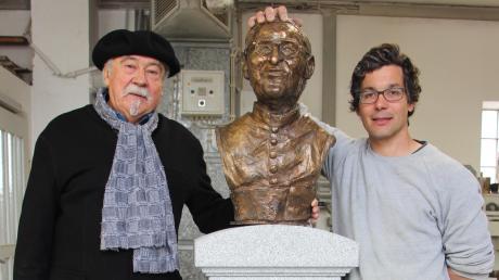 Der Künstler Manfred Nittbaur (links) schuf die Büste, der Steinmetz Ulrich Kempter-Kaim den Sockel aus Granit, der noch nicht ganz fertig gestellt ist. Damit soll Trauner, der sich in Korea für die arme Bevölkerung einsetzte, geehrt werden.