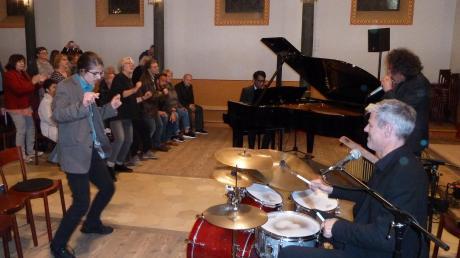 Einen spektakulären Auftritt bot die Band Boogielicious in der Alten Synagoge in Binswangen. Die Zuhörer gingen begeistert mit.