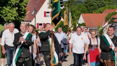 Bei bestem Wetter zogen zahlreiche Vereine zusammen mit dem Schützenverein Gemütlichkeit Sontheim durch den Ort in Richtung Festzelt.