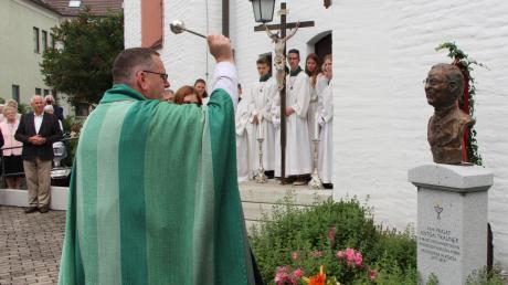 Pfarrer Rupert Ostermayer segnet die Büste von Anton Trauner. Der berühmteste Sohn der Stadt Wertingen bekam nun seine eigene Büste aus Bronze, nachdem er am 14. Oktober 2017 an seinem 95. Geburtstag verstorben war.