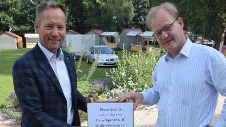 """Mühlenhofbesitzer Hubertus von Zastrow (rechts) und Bürgermeister Willy Lehmeier werben für das Spektakel """"Sommer im Park"""", das am Samstag in Roggden über die Bühne geht. Auch eine Spendentonne will gefüllt werden."""