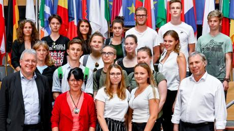 Bernhard Hof (rechts), Schulleiter des Wertinger Gymnasiums, begleitete persönlich die Informationsfahrt des P-Seminars. In Straßburg trafen die Jugendlichen unter anderem auf Europaabgeordneten Markus Ferber (links).