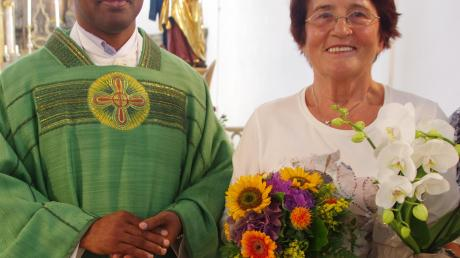 Pfarrer Pater Biju bedankte sich bei Agnes Schindler für ihren 20-jährigen Mesnerdienst.