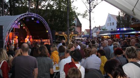 """Partystimmung auf der Zusaminsel: Dort rockte nicht nur am Samstagabend der Bär. Bei Schlagern mit dem """"Trio Prosecco"""" standen die Fans vor der Bühne dicht an dicht."""