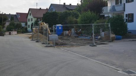 Die Bauarbeiten in der Alten Wertinger Straße in Zusamaltheim kommen gut voran, doch jetzt sieht sich die Gemeinde mit einem äußerst schlechten Unterbau eines Teilstücks der Straße konfrontiert. Eigentlich sollte hier nur die Deckschicht saniert werden, doch nun beschloss der Gemeinderat einen Vollausbau.
